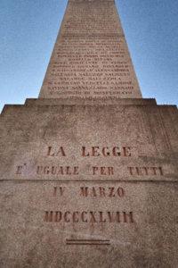 foto dell'obelisco in ricordo delle leggi Siccardi